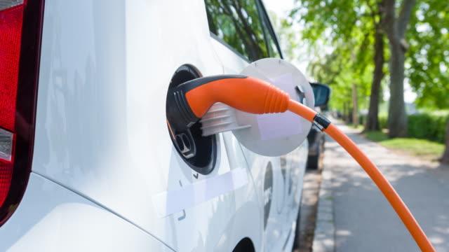 Opladen elektrische auto op een elektrisch voertuig parkeren in de buitenwijken