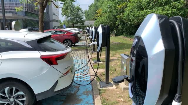 vídeos y material grabado en eventos de stock de charging of electric car, shanghai, china, on thursday, july 18, 2019. - vehículo eléctrico