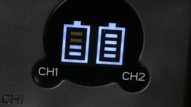 vidéos et rushes de charger deux batteries dans le chargeur - chiffre 5