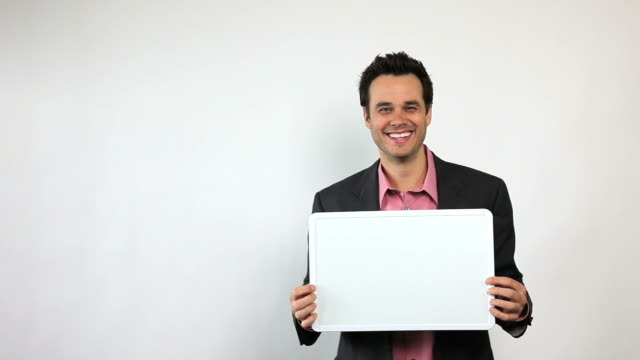 Charismatische Sales Guy Holding Whiteboard, Manege frei!