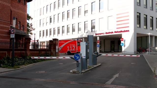 stockvideo's en b-roll-footage met charite hospital, where russian opposition politician alexei navalny is being treated, stands on august 25, 2020 in berlin, germany. german... - bord in geval van nood
