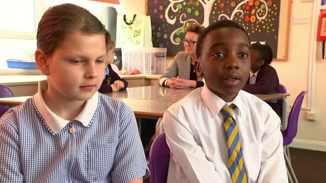 vídeos de stock, filmes e b-roll de charity calls for more help for primary school children with mental health problems england london stepney st mary and st michael catholic primary... - equipamento doméstico