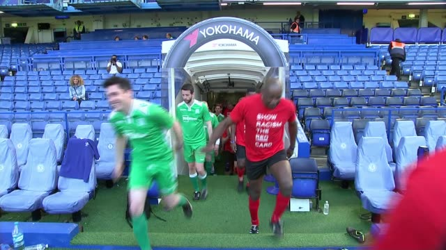 vidéos et rushes de charity football match held at stamford bridge to campaign against racism england london stamford bridge ext **music overlaid sot** referees and... - arbitre