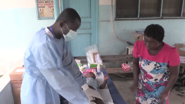 vídeos y material grabado en eventos de stock de charity founded by a physiotherapist in the ivory coast aims to help children suffering from pneumonia which is second only to malaria as a killer of... - neumonía