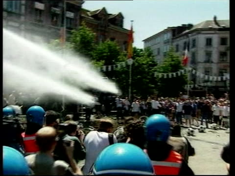 charleroi ext england fans rioting during euro 2000 tournament,fans being sprayed with water cannon and fans being arrested - 放水砲点の映像素材/bロール
