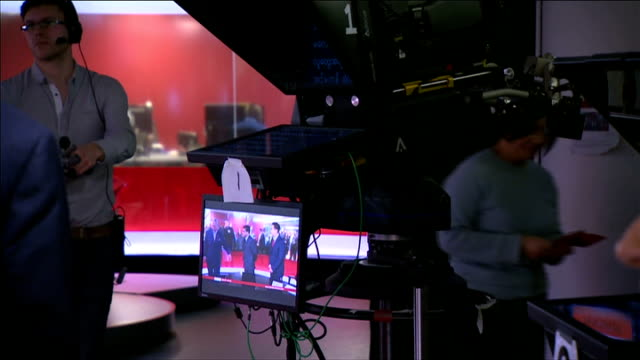 charles and camilla visit new broadcasting house charles watching bbc news broadcast from outside studio / charles into studio and talking to... - エディトリアル点の映像素材/bロール