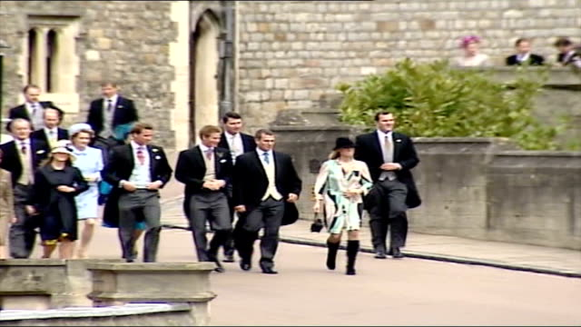 vídeos de stock e filmes b-roll de charles and camilla's wedding pool berkshire windsor windsor castle st george's chapel round tower / lss various members of charles' immediate family... - berkshire inglaterra