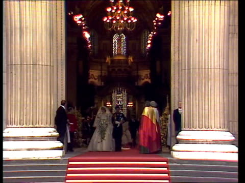vídeos de stock, filmes e b-roll de diary of the day part three england london st paul's cathedral ext gv couple at door *ms to door e version up to *shot on archive tape 17168 tx'd... - princesa diana