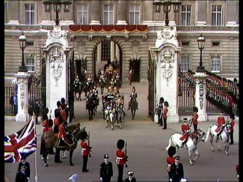 charles and diana wedding: diary of the day: part three; england: london: buckingham palace: gv buckingham palace a/shipv victoria & albert memorial... - チャールズ皇太子点の映像素材/bロール