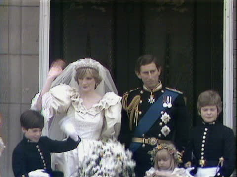 charles and diana wedding: news at 5.45 pab; england: london: buckingham palace: cms couple on balcony - wave pull back crowd r-l ditto couple with... - balcony stock videos & royalty-free footage