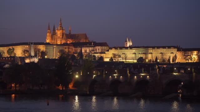 vídeos de stock e filmes b-roll de charles bridge and the illuminated castle, prague, czechia - ponte carlos
