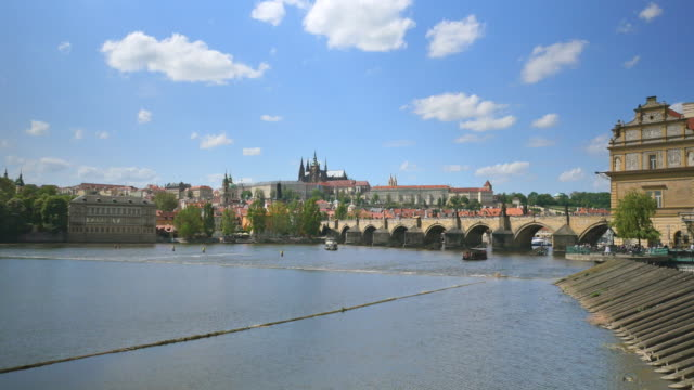 vídeos de stock, filmes e b-roll de charles bridge, prague castle and st. vitus's cathedral, prague - stare mesto