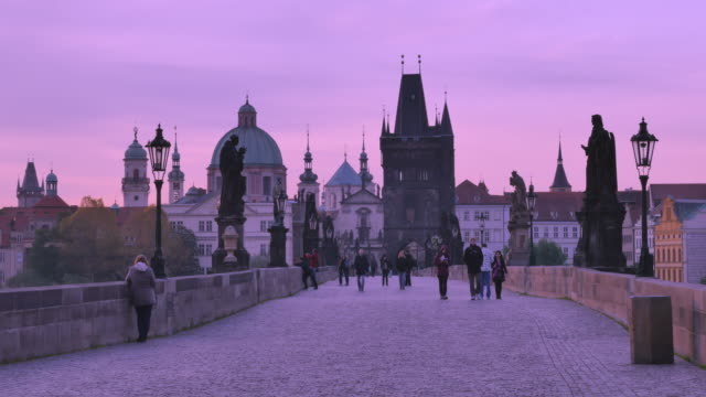 vídeos de stock, filmes e b-roll de charles bridge, prague, czech republic - stare mesto