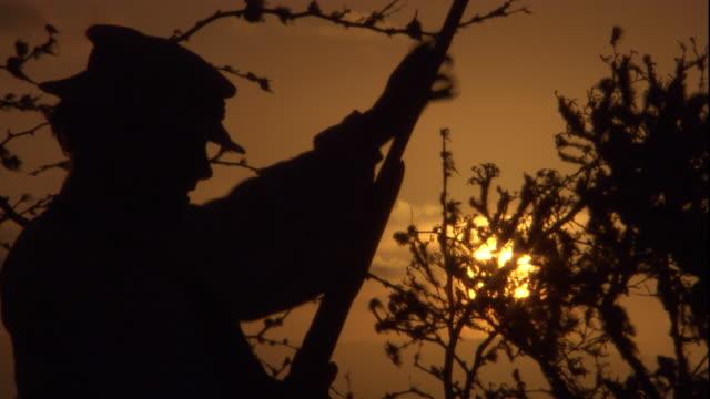 charles darwin loads, aims, and fires a shotgun. available in hd. - チャールズ・ダーウィン点の映像素材/bロール