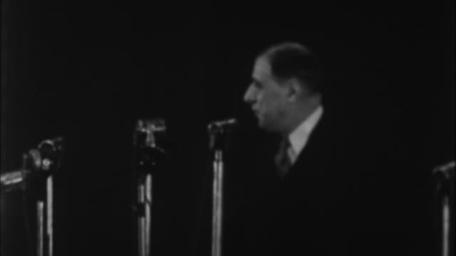vidéos et rushes de charles de gaulle having speech / france - 1945
