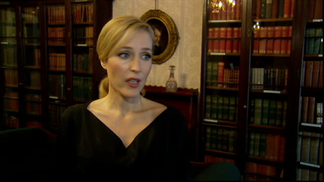 vídeos de stock e filmes b-roll de gillian anderson interview anderson interview sot on dickens museum and importance of it / on what she's doing at the moment / on dickens' prompt... - charles dickens