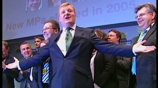charles kennedy dies aged 55; 2005 england: london: charles kennedy on stage after 2005 election freeze frame as picture turns to black and white - フリーズフレーム点の映像素材/bロール