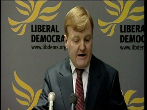 vídeos de stock, filmes e b-roll de charles kennedy talks at press conference about coming to terms with his alcohol problem as he resigns from his position as leader of the liberal... - abuso de substâncias