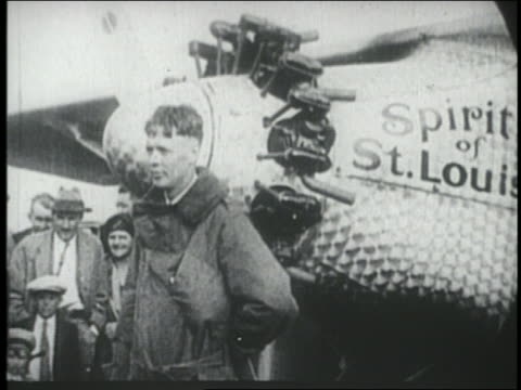 charles lindbergh standing by the spirit of st. louis airplane / ny - anno 1927 video stock e b–roll