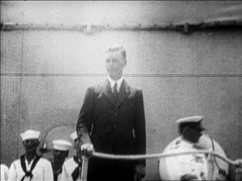 charles lindbergh standing on ship waving / newsreel - 1927年点の映像素材/bロール