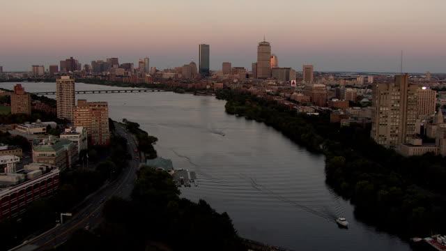 vídeos y material grabado en eventos de stock de aerial, charles river and boston downtown buildings at sunset, massachusetts, usa - río charles