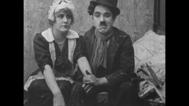vídeos de stock, filmes e b-roll de 1915 charlie chaplin awkwardly flirts with maid before getting her dirty - charlie chaplin