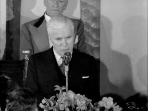 charlie chaplin gives a speech at fred russell's 90th birthday celebration 1952 - 1952 bildbanksvideor och videomaterial från bakom kulisserna