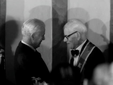 charlie chaplin shakes hands with fred russell at the water rats dinner for russell's 90th birthday 1952 - 1952 bildbanksvideor och videomaterial från bakom kulisserna