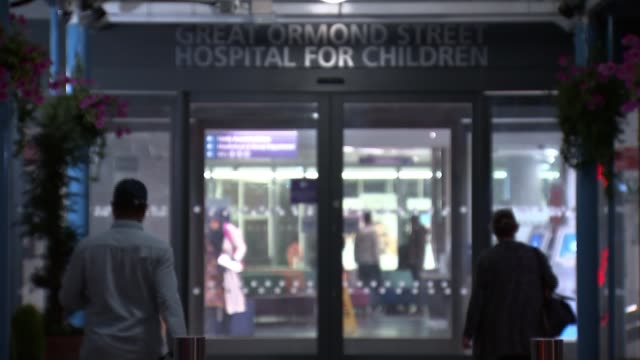 vídeos y material grabado en eventos de stock de great ormond street staff receive death threats; london: great ormond street hospital: ext / night gv great ormond street hospital entrance doors... - street name sign