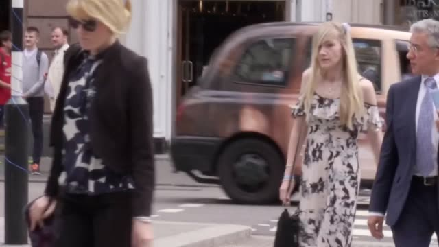 stockvideo's en b-roll-footage met charlie gard's mother connie yates arrives at the royal courts of justice in london for a hearing after abandoning attempts to persuade a judge to... - overtuiging
