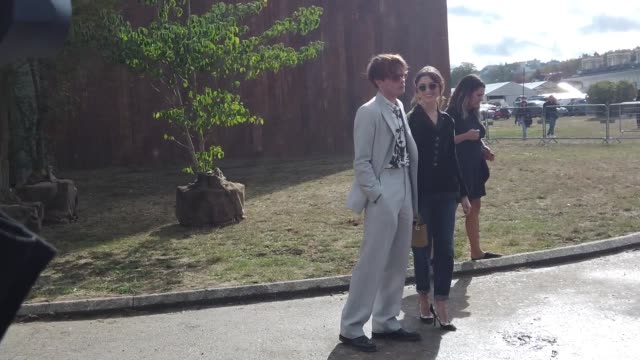 stockvideo's en b-roll-footage met charlie heaton wears sunglasses, a white shirt with a woman's face print, a light grey suit, black shoes ; natalia dyer wears sunglasses, a black... - manchet mouw