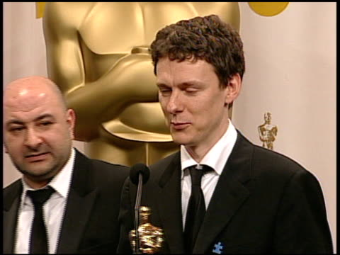 stockvideo's en b-roll-footage met charlie kaufman, michel gondry and pierre bismuth, winners best original screenplay for 'eternal sunshine of the spotless mind' at the 2005 annual... - 77e jaarlijkse academy awards