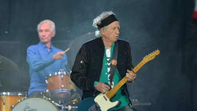 vídeos de stock e filmes b-roll de charlie watts and keith richards of the rolling stones perform live on stage at london stadium during the 'no filter' tour, on may 22, 2018 in... - rolling stones