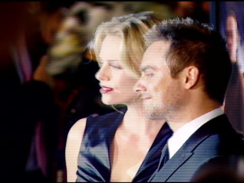 charlize theron and stuart townsend at the 'in the valley of elah' premiere at arclight cinemas in hollywood, california on september 13, 2007. - スチュワート タウンゼント点の映像素材/bロール