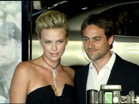 charlize theron and stuart townsend at the 'north country' los angeles premiere at grauman's chinese theatre in hollywood, california on october 10,... - スチュワート タウンゼント点の映像素材/bロール