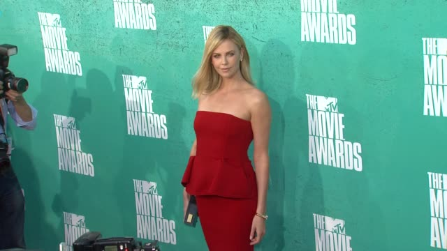 charlize theron at 2012 mtv movie awards - arrivals at gibson amphitheatre on june 03, 2012 in universal city, california - gibson amphitheatre stock-videos und b-roll-filmmaterial