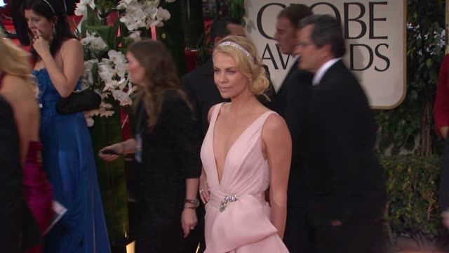 vídeos de stock e filmes b-roll de charlize theron at 69th annual golden globe awards arrivals on january 15 2012 in beverly hills california - prémio globo de ouro