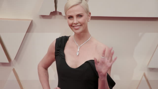 vídeos de stock e filmes b-roll de slomo charlize theron at dolby theatre on february 09 2020 in hollywood california - cerimónia dos óscares