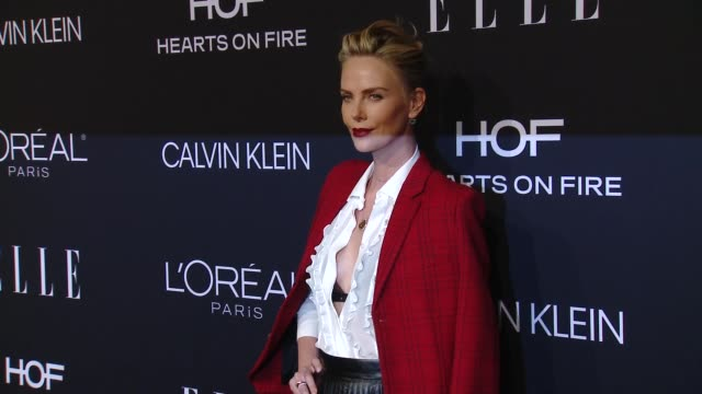 charlize theron at elle's 25th annual women in hollywood celebration presented by l'oreal paris, hearts on-fire and calvin klein on october 15, 2018... - シャーリーズ・セロン点の映像素材/bロール