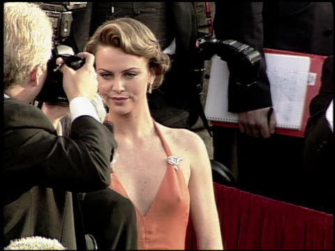 stockvideo's en b-roll-footage met charlize theron at the 2000 academy awards at the shrine auditorium in los angeles, california on march 26, 2000. - academy awards