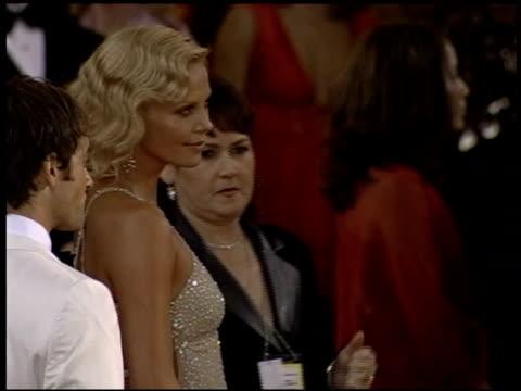 vídeos de stock e filmes b-roll de charlize theron at the 2004 academy awards arrivals at the kodak theatre in hollywood california on february 29 2004 - 76.ª edição da cerimónia dos óscares