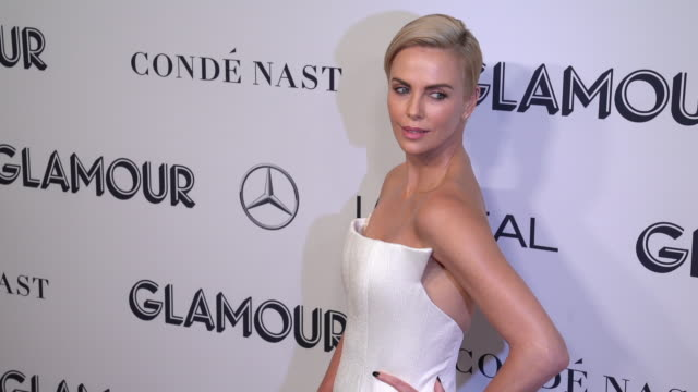 charlize theron at the 2019 glamour women of the year awards at alice tully hall on november 11, 2019 in new york city. - シャーリーズ・セロン点の映像素材/bロール