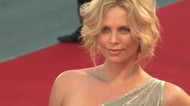 stockvideo's en b-roll-footage met charlize theron at the 65th venice film festival the burning plain red carpet premiere at venice - filmfestival
