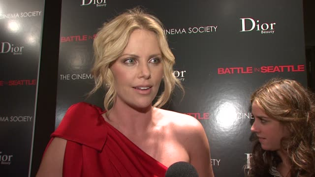charlize theron at the the cinema society and dior beauty host a screening of battle in seattle at new york ny. - シャーリーズ・セロン点の映像素材/bロール