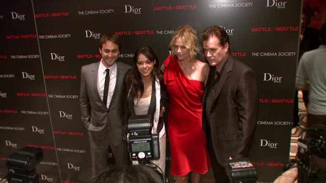 charlize theron, michelle rodriguez, ray liotta, stuart townsend at the the cinema society and dior beauty host a screening of battle in seattle at... - スチュワート タウンゼント点の映像素材/bロール