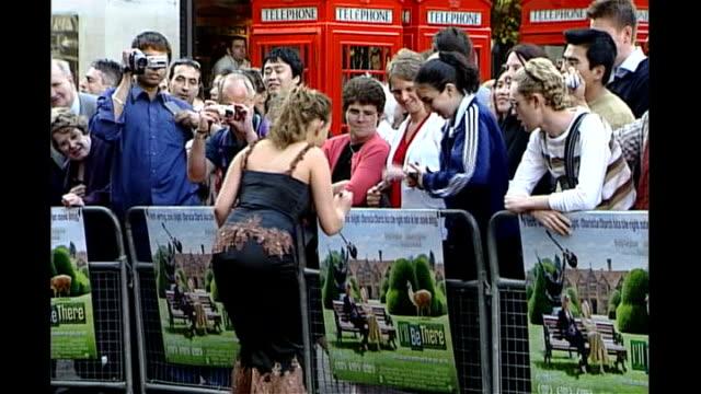 vídeos y material grabado en eventos de stock de charlotte church settles news of the world phone hacking claim; r12060301 / tx 12.6.2003 england: london: leicester square: ext **beware flash... - charlotte church