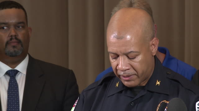 vidéos et rushes de charlottesville police chief al thomas speaks at press conference after clashes between unite the right rally participants and protesters clashed... - charlottesville