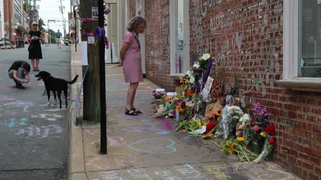 08112018 charlottesville virginia usa a woman stands near the heather heyer memorial where they held a ceremony in downtown charlottesville a year... - totschlag stock-videos und b-roll-filmmaterial