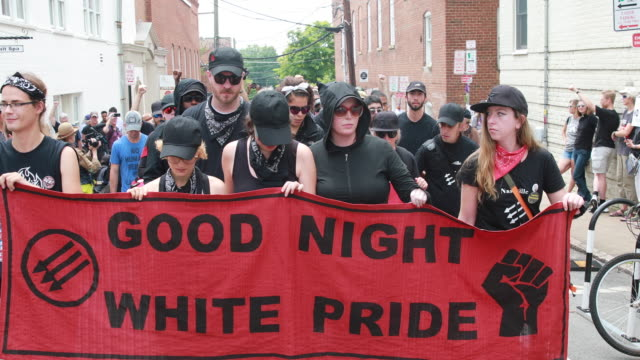 stockvideo's en b-roll-footage met charlottesville, virginia, usa: antifa marches through the downtown mall to the heather heyer memorial where they held a ceremony in downtown... - nazism