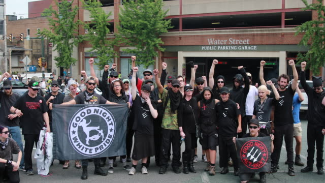 08112018 charlottesville virginia usa antifa pose for a group photo a year after a neonazi plowed his car into a group protesting the unite the right... - nazism stock videos & royalty-free footage